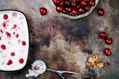 Het voorbereiden van de Zwarte Bos geroosterde sandwiches van het kersenroomijs met chocoladeschilferkoekjes Exemplaarruimte, luc Royalty-vrije Stock Foto's