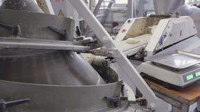 Het voorbereiden van deeg voor bakselbroden Geautomatiseerde productie van brood Transportband met brood Materiaal voor productie stock videobeelden