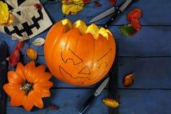 Het voorbereiden van een gesneden pompoen op Halloween, decorati van de blikslagersherfst stock fotografie