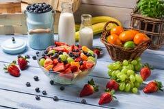 Het voorbereiden van een gezonde de lentefruitsalade Stock Afbeelding