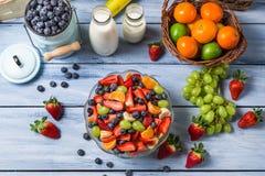 Het voorbereiden van een gezonde de lentefruitsalade royalty-vrije stock foto