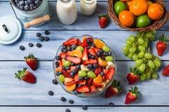 Het voorbereiden van een gezonde de lentefruitsalade stock foto's