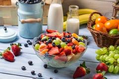 Het voorbereiden van een gezonde de lentefruitsalade Royalty-vrije Stock Afbeelding