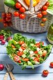 Het voorbereiden van een gezonde de lentesalade royalty-vrije stock foto's