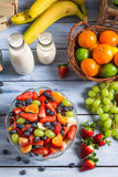 Het voorbereiden van een gezonde fruitsalade stock foto's