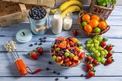 Het voorbereiden van een gezonde fruitsalade stock foto