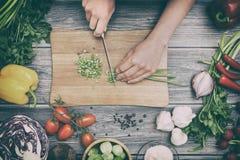 Het voorbereiden van een maaltijd scherpe groenten stock afbeelding