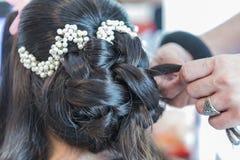 Het voorbereiden van een officiële harige bruid met zwart haar stock afbeelding