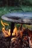 Het voorbereiden van een pan voor het roosteren in openlucht stock afbeelding