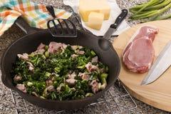 Het voorbereiden van een zeer Ierse schotel colcannon met boerenkool en bacon stock foto
