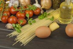Het voorbereiden van eigengemaakte deegwaren Deegwaren en groenten op een houten lijst dieet voedsel Stock Afbeeldingen