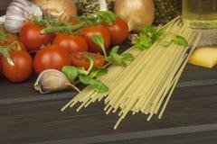 Het voorbereiden van eigengemaakte deegwaren Deegwaren en groenten op een houten lijst dieet voedsel Stock Foto's