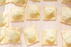Het voorbereiden van eigengemaakte Italiaanse ravioli Stock Foto's