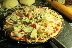 Het voorbereiden van eigengemaakte pizza Royalty-vrije Stock Fotografie