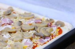 Het voorbereiden van eigengemaakte pizza royalty-vrije stock foto