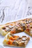 Het voorbereiden van eigengemaakte pizza stock afbeeldingen