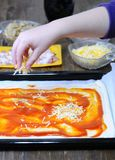 Het voorbereiden van eigengemaakte pizza stock foto