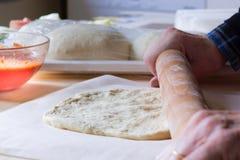 Het voorbereiden van eigengemaakte pizza Stock Foto's