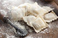 Het voorbereiden van eigengemaakte ravioli Stock Foto