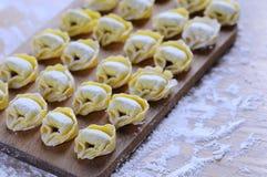 Het voorbereiden van eigengemaakte tortellini stock fotografie