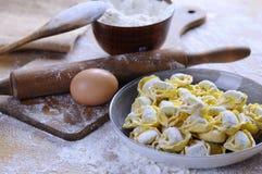 Het voorbereiden van eigengemaakte tortellini royalty-vrije stock fotografie