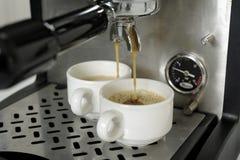 Het voorbereiden van espresso's met een espressomachine Stock Afbeelding
