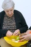 Het voorbereiden van Fruit met Mamma Royalty-vrije Stock Afbeeldingen