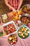 Het voorbereiden van fruit voor dehydratie Stock Foto