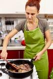 Het voorbereiden van gebraden kippenlever met uien Royalty-vrije Stock Foto