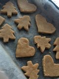 Het voorbereiden van gemberkoekjes verwijdert het oude mes in de vorm van een hart en Kerstboomkoekjes royalty-vrije stock fotografie