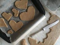 Het voorbereiden van gemberkoekjes verwijdert het oude mes in de vorm van een hartkoekjes stock afbeelding