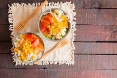 Het voorbereiden van gezonde groentensalade in twee kommen stock fotografie