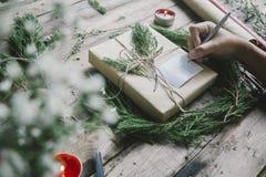 Het voorbereiden van giften op Kerstmis en newyear Stock Afbeelding