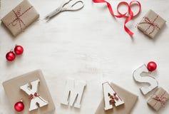 Het voorbereiden van giften voor Kerstmisachtergrond stock afbeelding