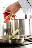 Het voorbereiden van groenten Stock Foto's