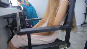 Het voorbereiden van het haar van een meisje stock footage