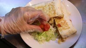 het voorbereiden van heerlijk Mexicaans voedsel in restaurant, taco's en quesadillas stock video