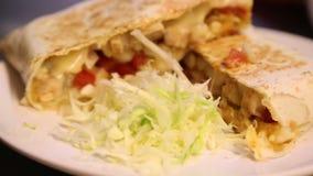 het voorbereiden van heerlijk Mexicaans voedsel in restaurant, taco's en quesadillas stock footage