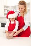 Het voorbereiden van het koekjesdeeg in Kerstmistijd Stock Afbeelding