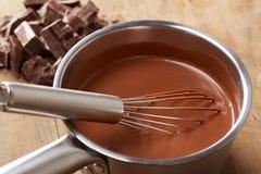 Het voorbereiden van hete chocolade in een pot Stock Foto's