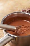 Het voorbereiden van hete chocolade in een pot Stock Afbeelding