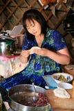 Het voorbereiden van Huushuur tijdens Naadam, Mongolië. stock fotografie