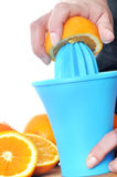 Het voorbereiden van 100% jus d'orange Stock Afbeelding