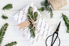 Het voorbereiden van Kerstmisgift met Lege Markeringen Stock Foto's