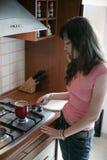 Het voorbereiden van koffie Stock Afbeeldingen