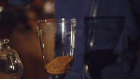 Het voorbereiden van koffie in alternatief koffiezetapparaat in 4K stock footage
