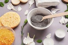 Het voorbereiden van kosmetisch wit moddermasker op grijze achtergrond royalty-vrije stock fotografie