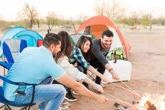 Het voorbereiden van Maaltijd in Forest Camping royalty-vrije stock foto