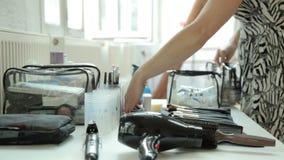 Het voorbereiden van Make-upzitting stock video