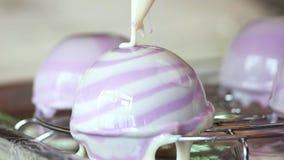 Het voorbereiden van moussecake dicht omhoog stock footage